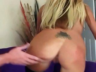 ليجي شقراء مارس الجنس على أريكة في شير نايلون