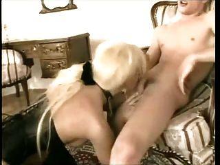الجنس الساخنة مع شقراء ترانزيستور في الأحذية و مشد