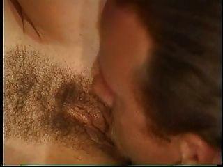 مفلس امرأة سمراء كيشا يحصل لها شعر العضو التناسلي النسوي مارس الجنس و الوجه