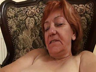 سيدة قديمة فركيا فرك لها شعر كس