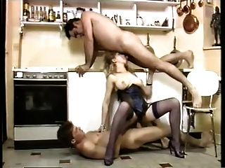 خادمة مثير اختراق مزدوج في المطبخ