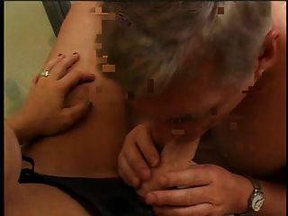 فتاة مثير مع لعبة الجنس حزام على واحد رجل مص لعبة الجنس على الحمام