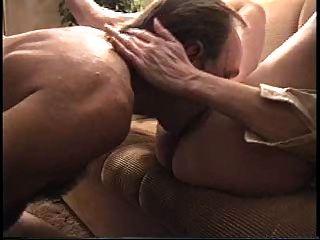 زوجة يمسح ثم مارس الجنس على أريكة (بواسطة إدكيس)