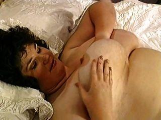 سمنة مع كبير الثدي على ال سرير