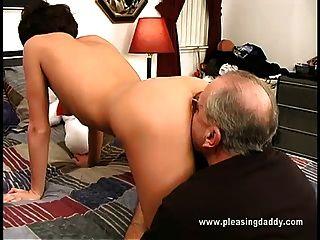 نيكيتا يحصل مارس الجنس من قبل الرجل العجوز جيس