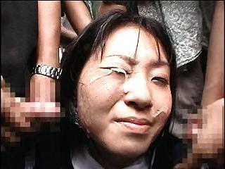 اليابانية فتاة يتلقى ل بكيك في الجمهور