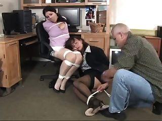 مدير مكتب يجد سكرتيرها ملزمة ومكممة