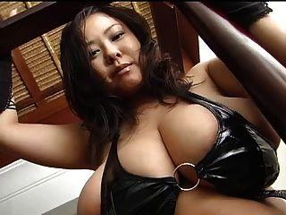 الآسيوية مع عملاق كبير الثدي في اللاتكس