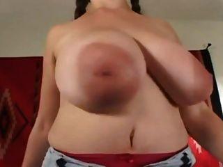 دينيس يلعب مع لها كبير الثدي