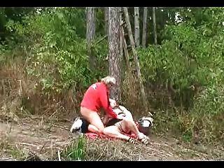 كبير حلمة الثدي جدة الملاعين في الغابة