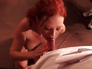 أحمر الشعر في مص قبالة المنافسة
