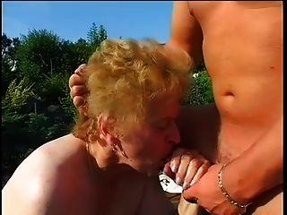 الدهون الجدة مارس الجنس في حديقة
