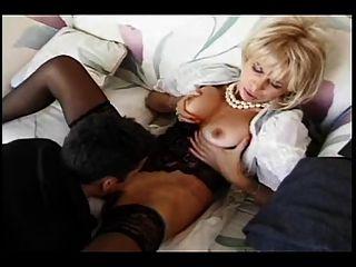 بابا هي تمتص له ديك ثم يحصل مارس الجنس بواسطة له