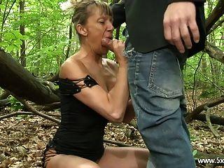 شانيل ناضجة الشرج مارس الجنس في الغابة