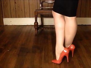 تنورة لامعة، كعب جوارب والساق اللعب!
