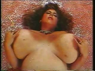 مفلس ناضج لعب مع لها الثدي