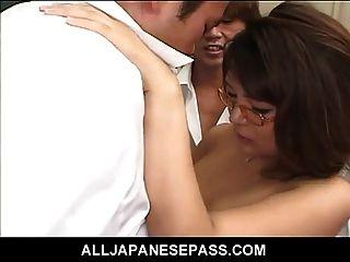 قرنية المعلم الياباني يتعلم درس نفسها عن كس p