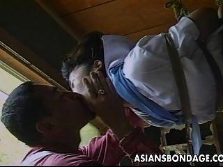 مثير قليلا فتاة الآسيوية يحصل مربوط و مثار من قبل لها بارتن