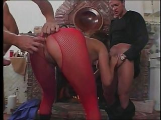 مثير امرأة سمراء مع رهيبة الثدي يأخذ ثلاثة الديوك في وقت واحد