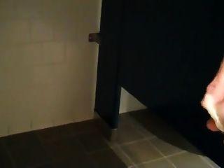 الغرباء سخيف في بارك الحمام