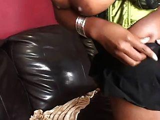 أسود الجمال مارس الجنس على أريكة