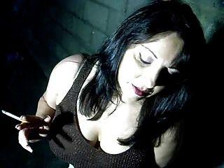 مفلس فاتنة يدخن وأصابع بوسها فقط لأجلك