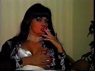 سيدة تدخين الأظافر الطويلة