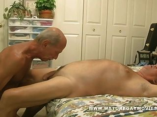 العضلات ناضجة رجل يمارس الجنس مع شاب قطعة من الحمار