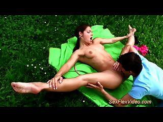 مرنة الجمنازيوم في سن المراهقة يحب كاماسوترا الجنس في الطبيعة