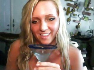 فتاة شقي يحب أن يشرب عصير خاص بها