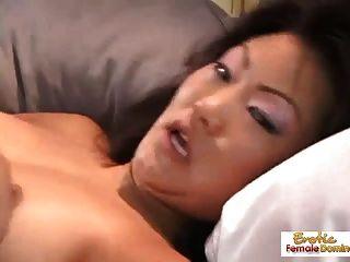 الآسيوية وقحة يلعب مع نفسها و يحصل مارس الجنس من الصعب