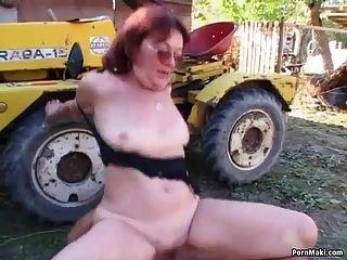 أحمر جدة الجدة مارس الجنس في الفناء الخلفي