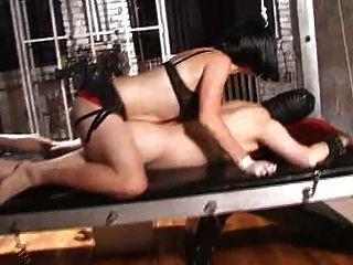 امرأة سمراء عشيقة في زنزانة 1