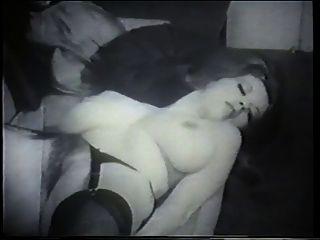 امرأة سمراء طبيعية وجميلة مع كبير الثدي يطرح للكاميرا