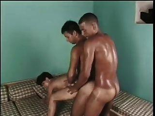 عاطفي ثنائيو الجنس الثلاثي مع الذوق العرقي!
