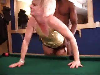 الساخنة شقراء زوجة جوارب يصرف الرجل الأسود مع بي بي سي
