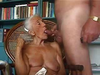 الجدة القديمة يحب مص زب الشباب