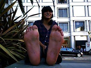 فتاة لطيفة مع القذرة و نتن قدم