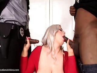 كبير غنيمة بيضاء فتاة الحصول على مارس الجنس بواسطة 2 كبير الديوك السوداء