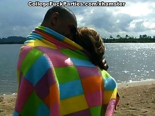 نظموا طلاب الجنس مجموعة الساخنة في البحيرة