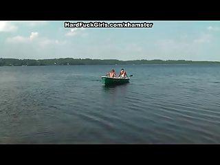 شقراء مارس الجنس من الصعب في قارب على البحيرة ثلاثة شباب