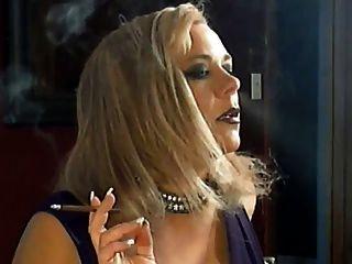 حار مفلس ناضج أسد امريكي التدخين منفردا
