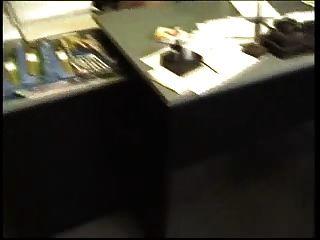 الرجل العجوز الملاعين نحيل الطالب الذي يذاكر كثيرا مارس الجنس في مكتب