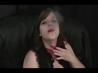 فاتنة الساخنة التدخين مع مثير المسامير الطويلة