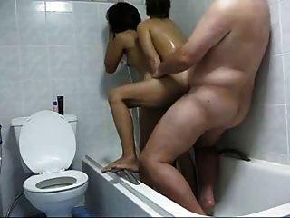 الرجل مع 2 هوكرز التايلاندية في الحمام محلية الصنع