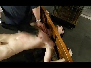 بدسم عبودية مثلي الجنس الصبي هو مدغدغ والتعذيب