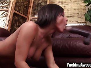 مفلس امرأة سمراء يلعب مع سخيف آلة
