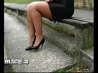 خنثى فتاة كارين مع الحذاء صنم إغاظة في الكعوب العالية