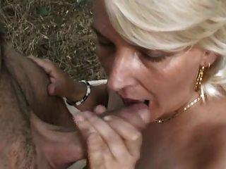 شقراء سيدة ناضجة في الغابة