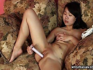 الآسيوية الحلو الخدين وقحة اللعب لها كس الرطب